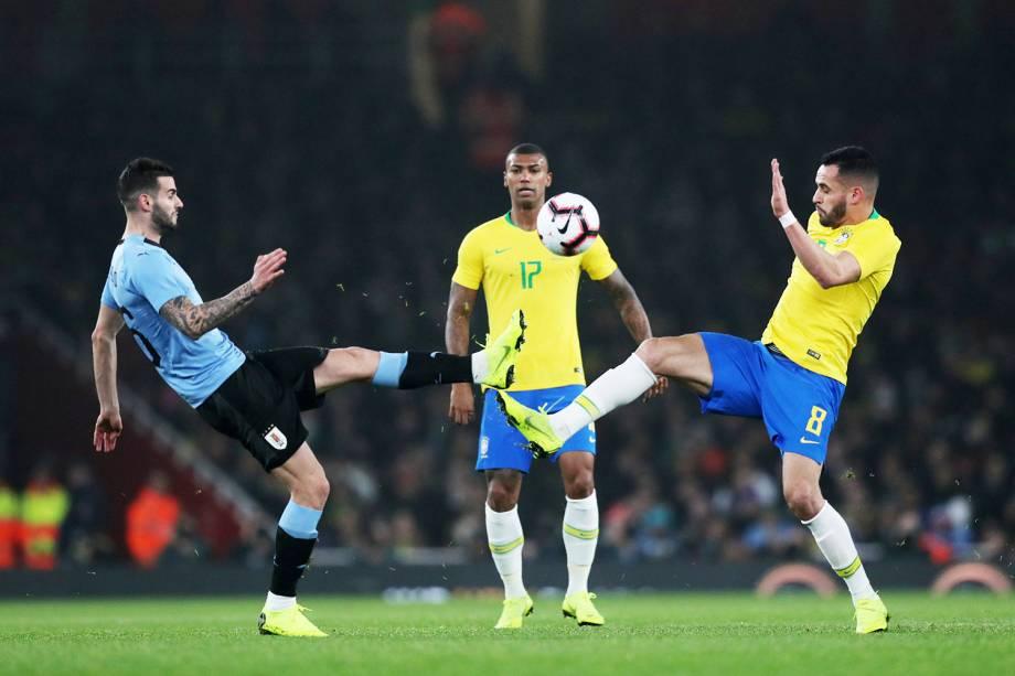 Gaston Pereiro (esq), disputa bola com Renato Augusto (dir), durante partida amistosa entre Brasil e Uruguai - 16/11/2018