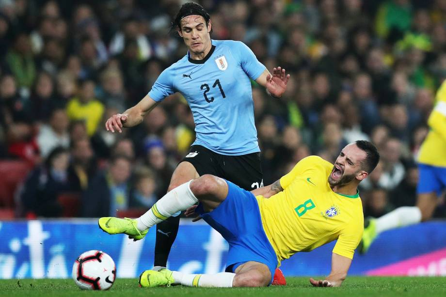 Edinson Cavani, do Uruguai, disputa bola com Renato Augusto, da Seleção Brasileira, durante partida amistosa realizada em Londres - 16/11/2018