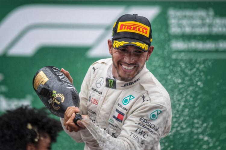 O piloto britânico Lewis Hamilton comemora ao vencer o Grande Prêmio do Brasil de Fórmula 1 - 11/11/2018