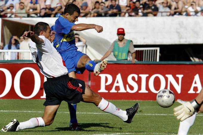 Iarley (centro) marca gol contra o River Plate – 9/11/2003