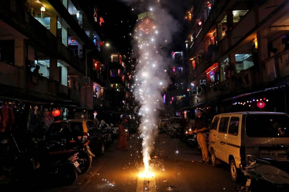 Uma pilha de fogos de artifício estoura durante as comemorações de ano novo hindu do festival Diwali, em Mumbai, na Índia - 07/11/2018