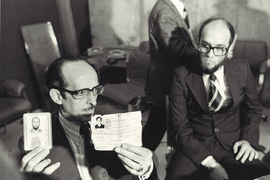 Inspetor João Augusto da Rosa, à direita, de barba, conhecido como Irno, envolvido no seqüestro de Lilián Celiberti e Universindo Díaz, militantes de esquerda uruguaios, ao lado de seu advogado Manuel Augusto de Godoy - 25/10/1979