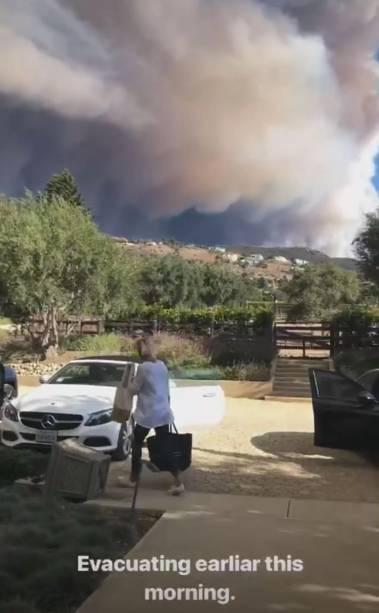 Lady Gaga filma o momento em que vê a enorme nuvem de fumaça durante a evacuação de sua casa