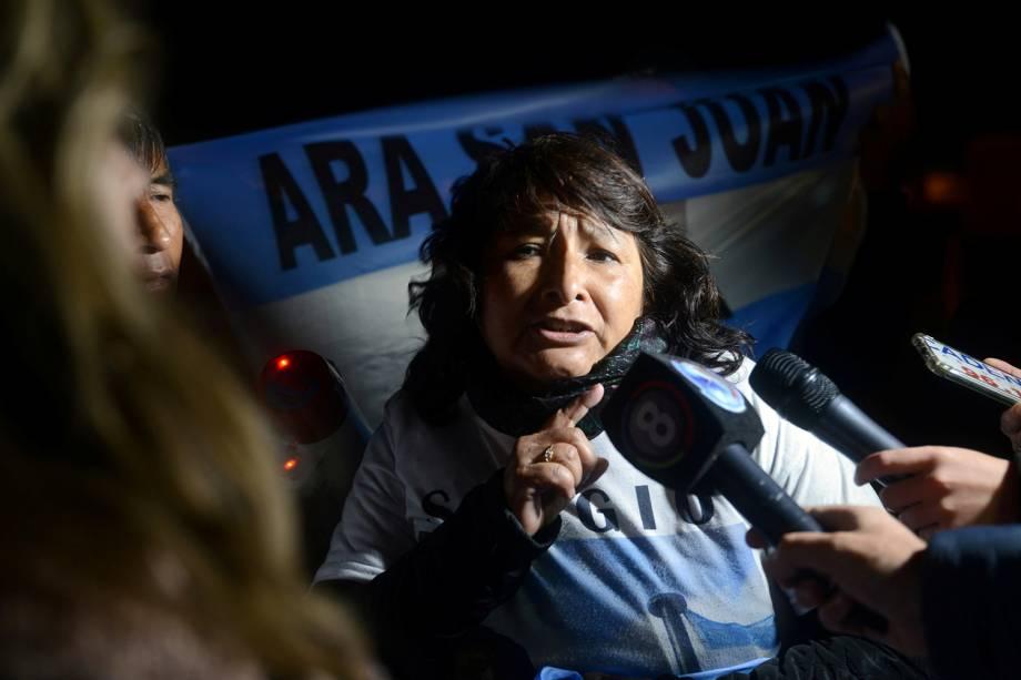 Familiar de um dos membros da tripulação do submarino ARA San Juan fala com a imprensa na Argentina - 17/11/2018