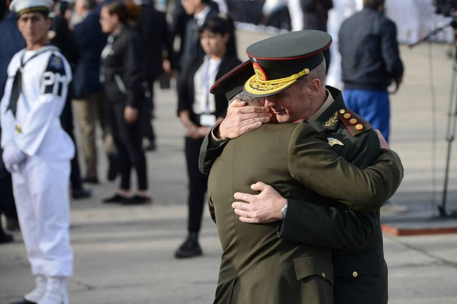 Membros da marinha não identificados se abraçam durante a cerimônia de aniversário de 1 ano do desaparecimento do submarino ARA San Juan - 15/11/2018