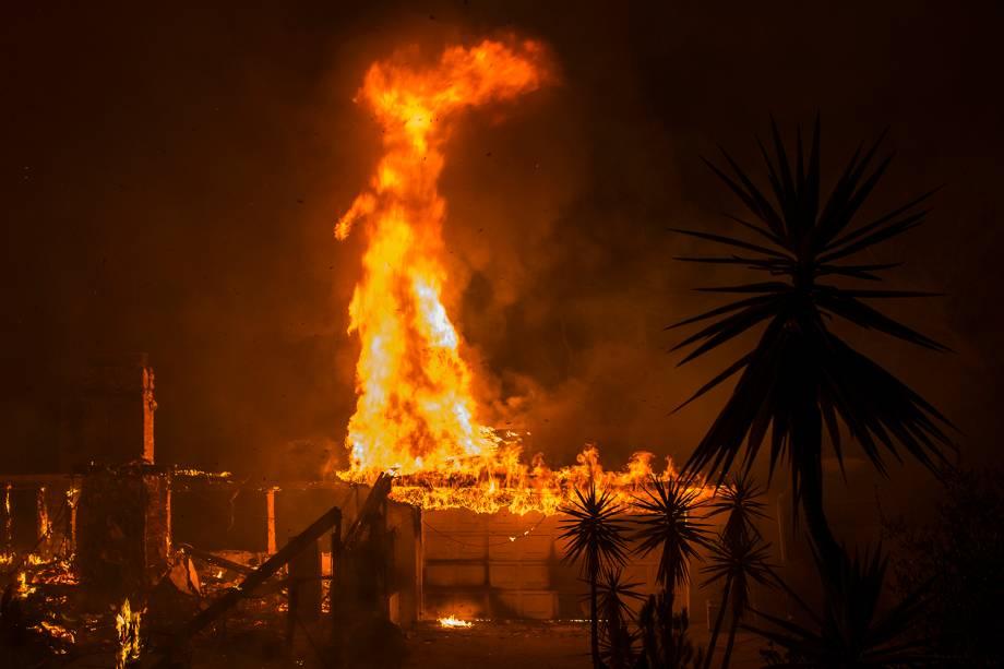 Residência é tomada por chamas em Malibu, no estado americano da Califórnia - 09/11/2018