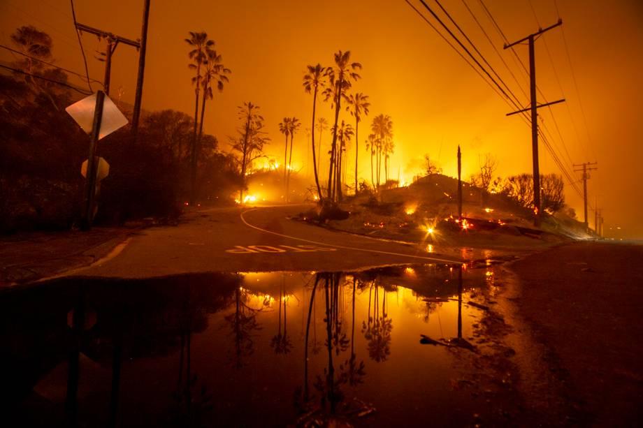 Labaredas de fogo são vistas nos arredores de Malibu, no estado americano da Califórnia - 10/11/2018