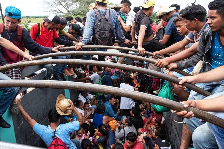 Imigrantes da América Central pegam carona em caminhão rumo à cidade de Puebla, no México - 03/11/2018