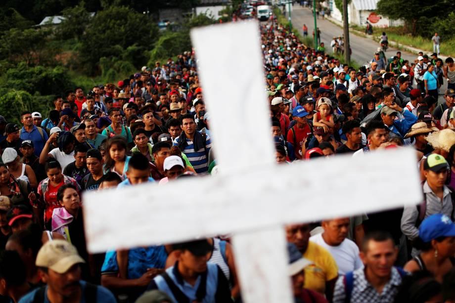Caravana de imigrantes da América Central caminham nas ruas da cidade mexicana de Pijijiapan, rumo aos Estados Unidos - 04/11/2018