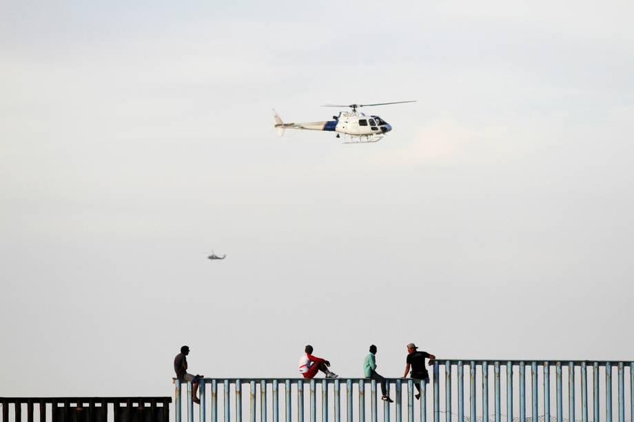 Helicópteros americanos realizam patrulha após os primeiros imigrantes chegarem na fronteira entre o México e os Estados Unidos - 13/11/2018