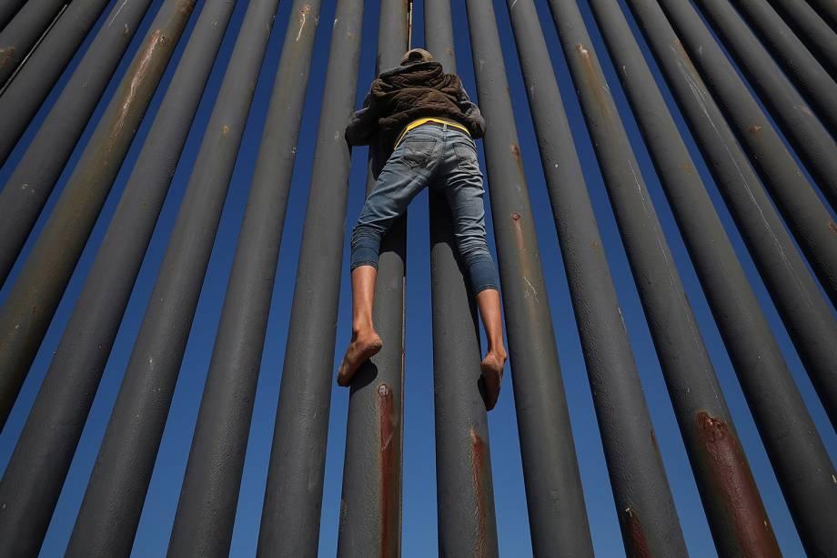 Migrante tenta atravessar a fronteira entre o México e os Estados Unidos, na cidade de Tijuana - 18/11/2018