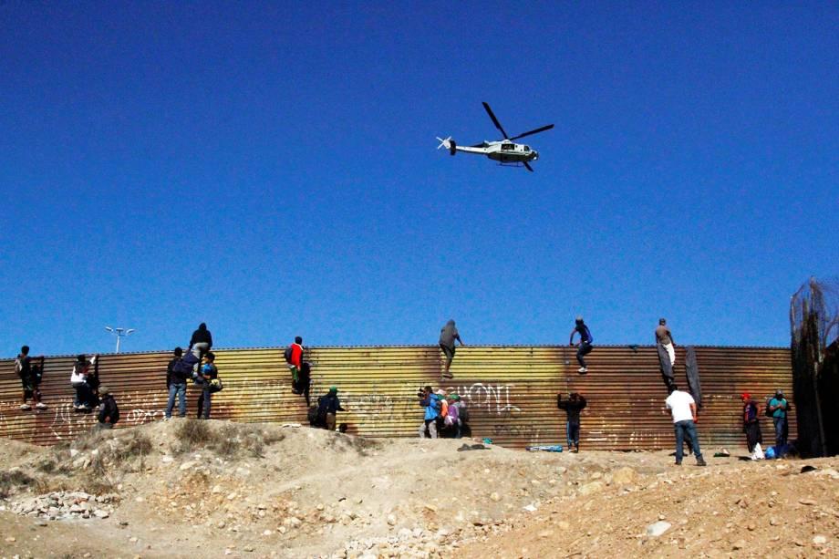 Helicóptero americano sobrevoa a fronteira entre o México e os Estados Unidos, na cidade de Tijuana - 25/11/2018