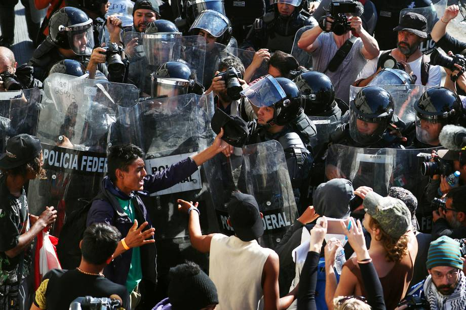 Migrantes entram em confronto com policiais após tentarem atravessar a fronteira entre o México e os Estados Unidos, na cidade de Tijuana - 25/11/2018