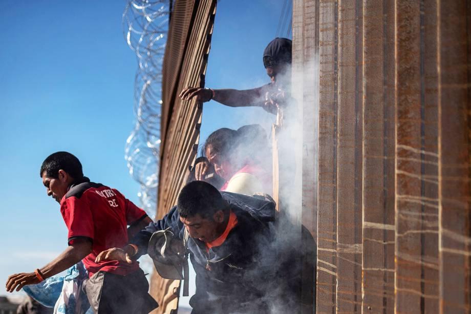 Migrantes tentam atravessar a fronteira entre o México e os Estados Unidos - 25/11/2018