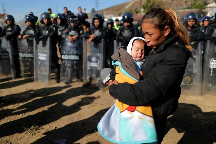 Rosa Villa, de 30 anos, carrega seu filho de cinco meses de idade na fronteira entre o México e os Estados Unidos, na cidade de Tijuana - 25/11/2018