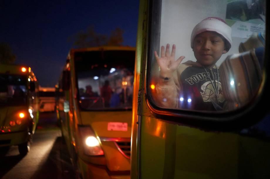 Criança é vista na janela de ônibus, juntamente com caravana de migrantes da América Central, com destino a cidade de Guadalajara, no México - 13/11/2018