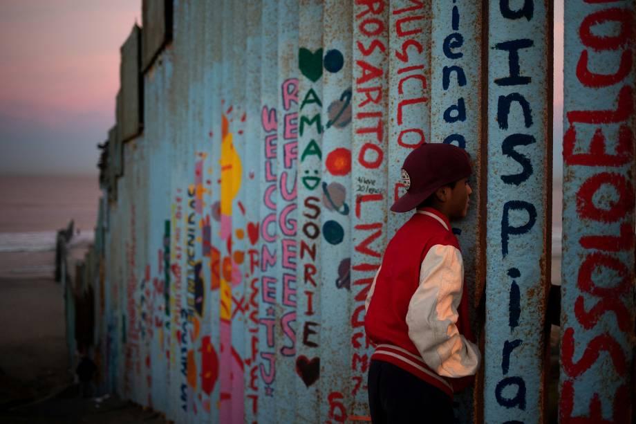 Angel, um menino de 13 anos de idade, migrante de Honduras, é visto na fronteira entre os Estados Unidos e o México, na cidade de Tijuana - 15/11/2018