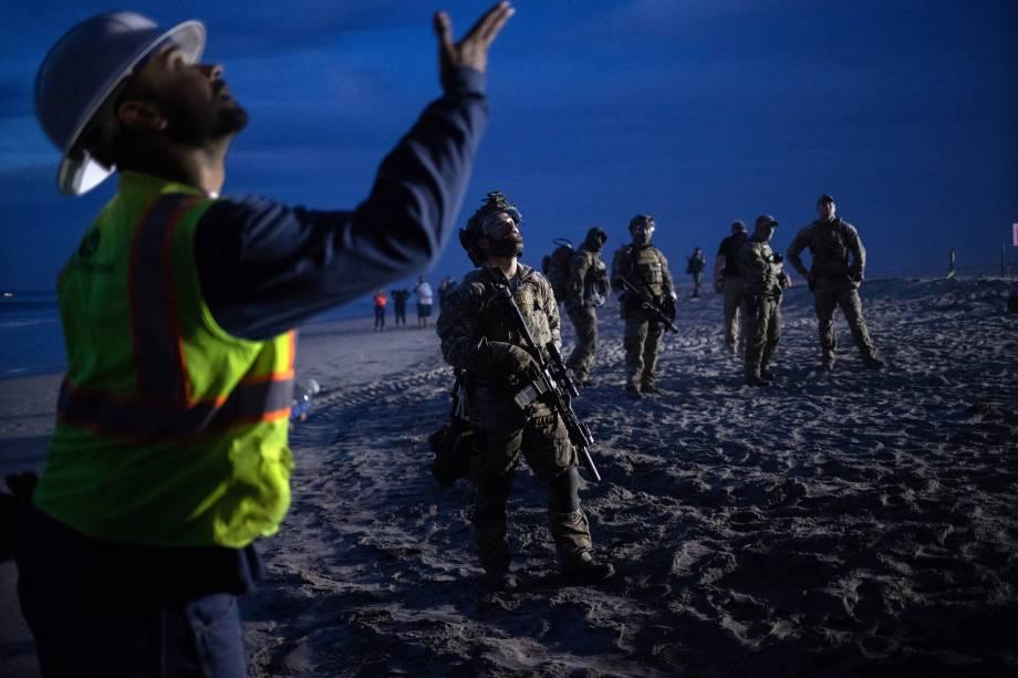 Membros de patrulha americana são vistos na fronteira entre os Estados Unidos e o México, na cidade de Tijuana - 15/11/2018