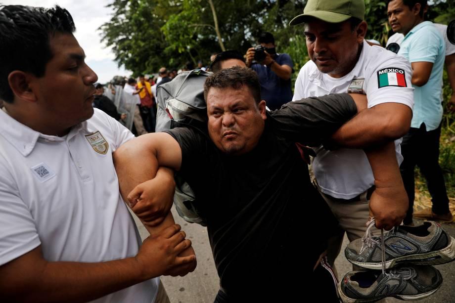 Imigrante de El Salvador, parte da caravana que tenta chegar aos Estados Unidos é detido por entrar ilegalmente no país durante uma operação da polícia mexicana, em Metapa - 21/11/2018