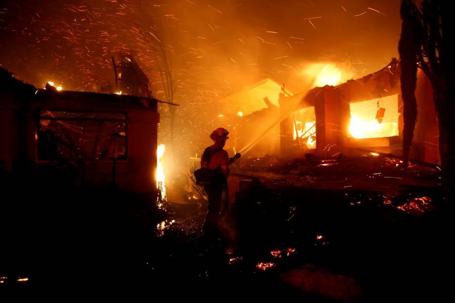 Bombeiro trabalha para conter as chamas de um incêndio florestal que destruiu dezenas de casas em Thousand Oaks, na Califórnia - 09/11/2018