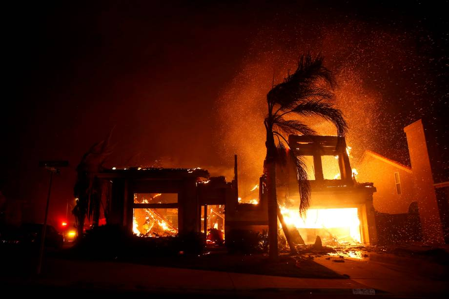 Uma casa em chamas é vista durante um incêndio florestal em Thousand Oaks, na Califórnia - 09/11/2018