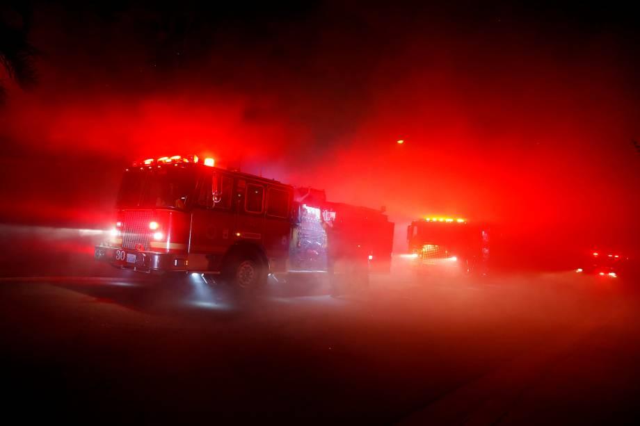 Bombeiros chegam para combater o fogo de um incêndio florestal que obrigou dezenas de pessoas a deixarem suas casas em Thousand Oaks, na Califórnia - 08/11/2018