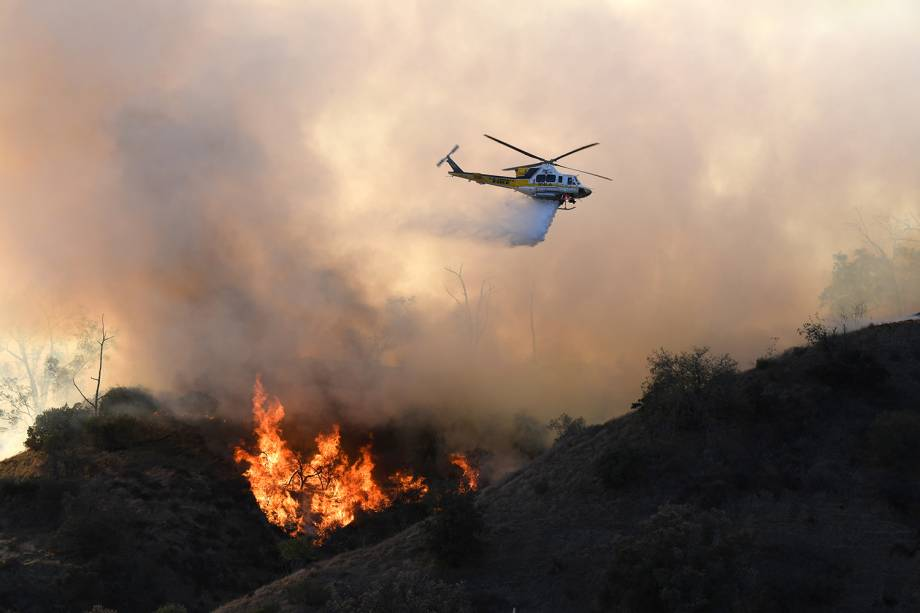 Helicóptero realiza trabalho de rescaldo no Griffith Park, parque localizado em Los Angeles, no estado americano da Califórnia - 09/11/2018