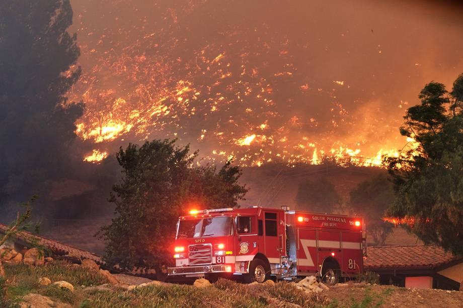 Bombeiros realizam trabalho de rescaldo durante incêndio florestal nos arredores de Agoura Hills, cidade localizada no estado americano da Califórnia - 09/11/2018