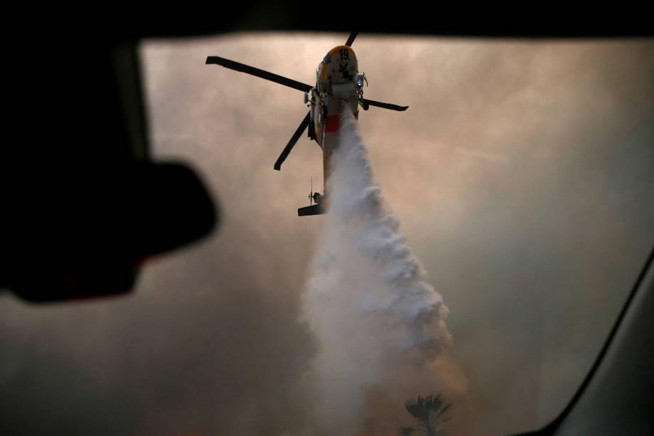 Helicóptero lança água sobre um dos focos do incêndio Woolsey em Malibu, sul Califórnia - 09/11/2018