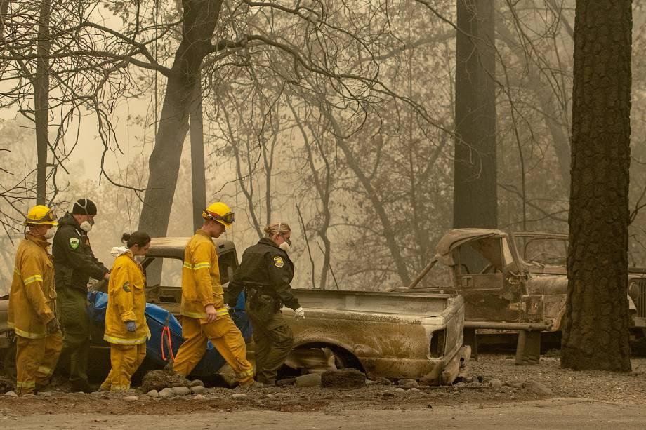 Equipes de resgate retiram um corpo de uma propriedade queimada após ser atingida pelo Camp Fire na área de Holly Hills, na Califórnia - 15/11/2018