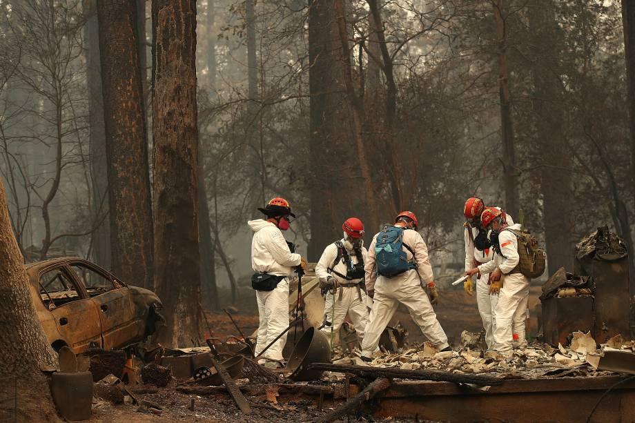 Equipes de resgate procuram por restos mortais em uma casa que foi destruída pelo incêndiao Camp Fire em Paradise, na Califórnia - 15/11/2018