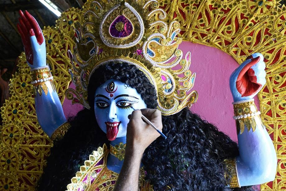 Artista indiano dá os retoques finais em imagem da deusa Kali, em uma oficina às vésperas do festival Diwali, na cidade de Hyderabad - 05/11/2018