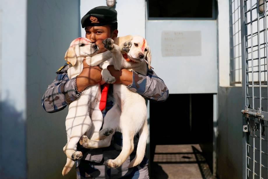 Policial beija filhotes de cães durante o Tihar - festival que homenageia a lealdade dos caninos, em Kathmandu, capital do Nepal. Esta celebração faz parte dos preparativos para o Diwali - festa religiosa hindu, conhecida também como o festival das luzes - 06/11/2018