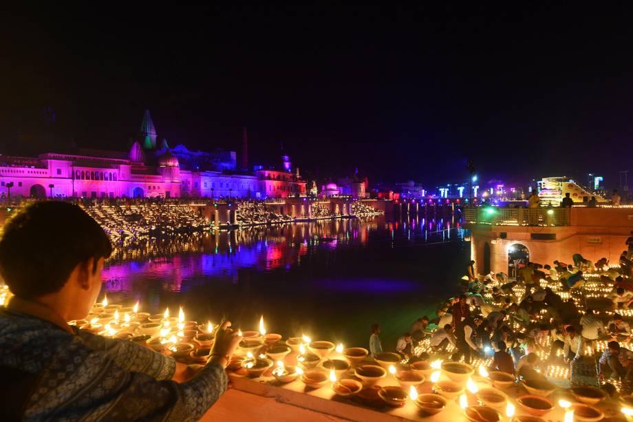 """Indianos acendem velas nas margens do rio Sarayu às vésperas do festival """"Diwali"""", na cidade indiana de Aiódia - 06/11/2018"""