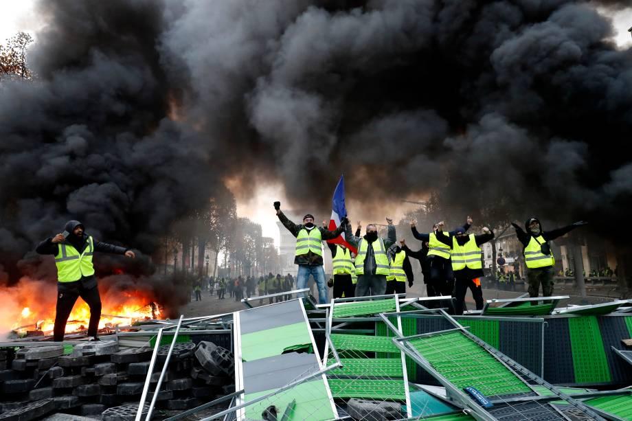 Manifestantes incendeiam barricadas durante protesto contra o aumento do imposto sobre combustíveis na Champs Elysees, em Paris, França - 24/11/2018