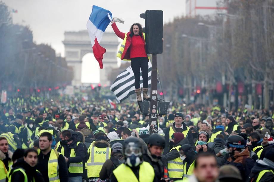 Manifestantes vestindo coletes amarelos, símbolo do protesto de motoristas franceses contra a alta nos preços dos combustíveis, ocupam a Champs-Elysee em Paris - 24/11/2018