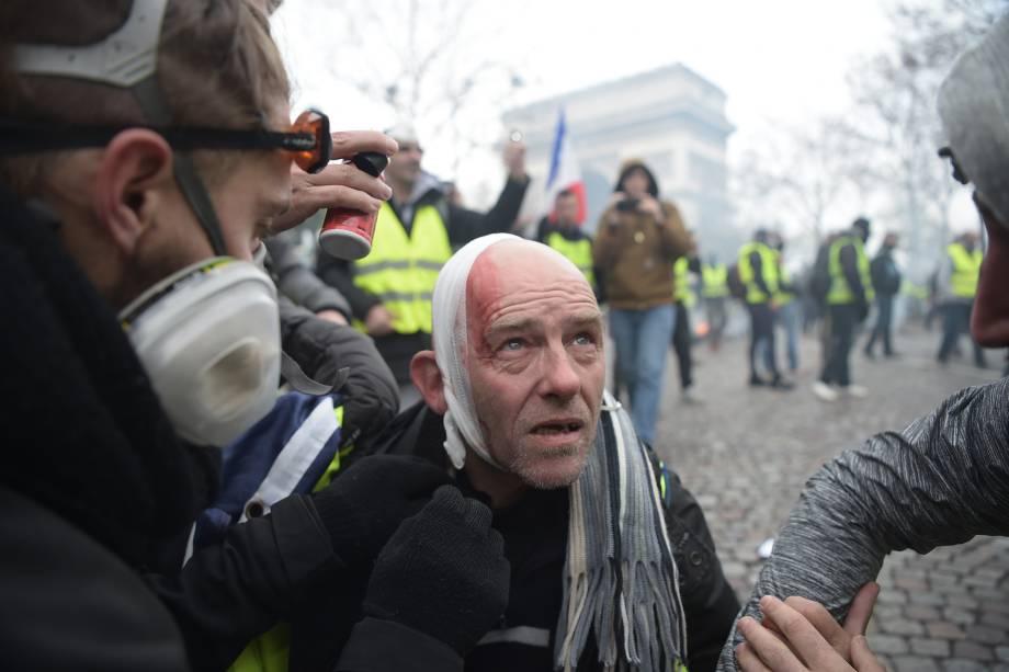 A polícia disparou gás lacrimogêneo e canhões de água contra os manifestantes que exigiam do presidente francês a redução dos aumentos de impostos sobre os combustíveis - 24/11/2018