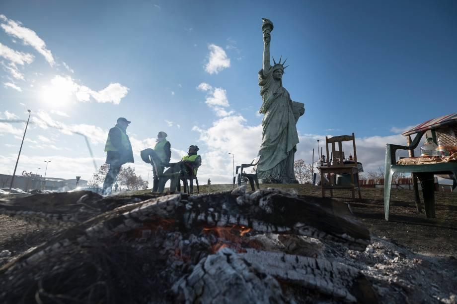 Manifestantes protestam contra o preço dos combustíveis e do custo de vida em frente a uma réplica da Estátua da Liberdade em Colmar, no leste da França - 24/11/2018