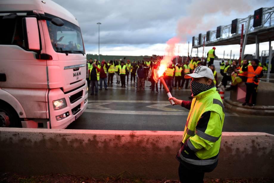 Manifestantes liberam cancelas de um em Beaumont, no leste da França, durante uma manifestação contra os altos preços dos combustíveis e os custos de vida - 24/11/2018