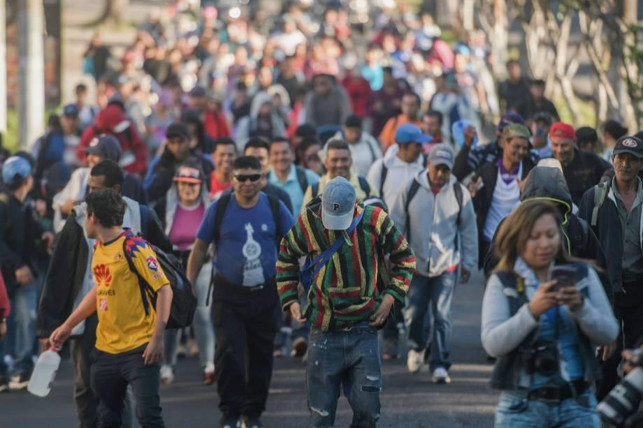 Migrantes salvadorenhos caminham rumo aos Estados Unidos, na quarta caravana da América Central que partiu em direção à fronteira americana - 18/11/2018