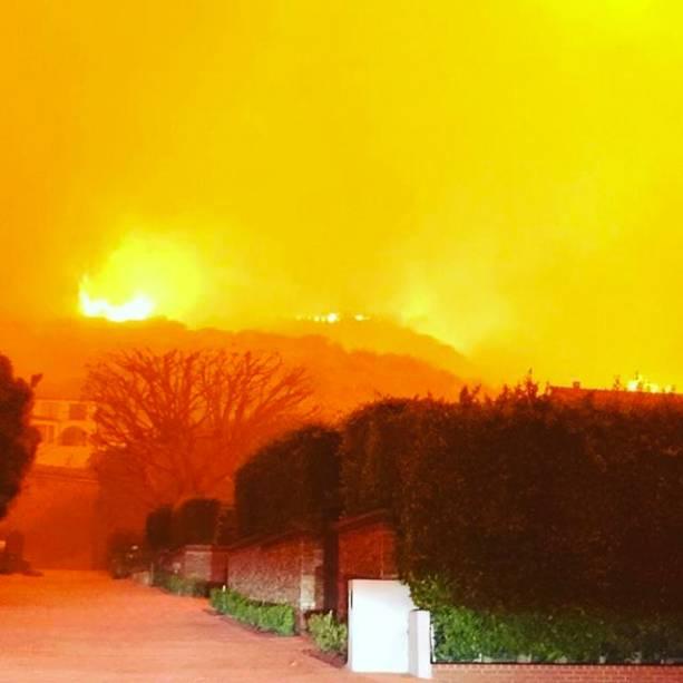 O ator Orlando Bloom publica foto da rua em que mora na cidade de Malibu, durante um incêndio de grandes proporções na Califórnia