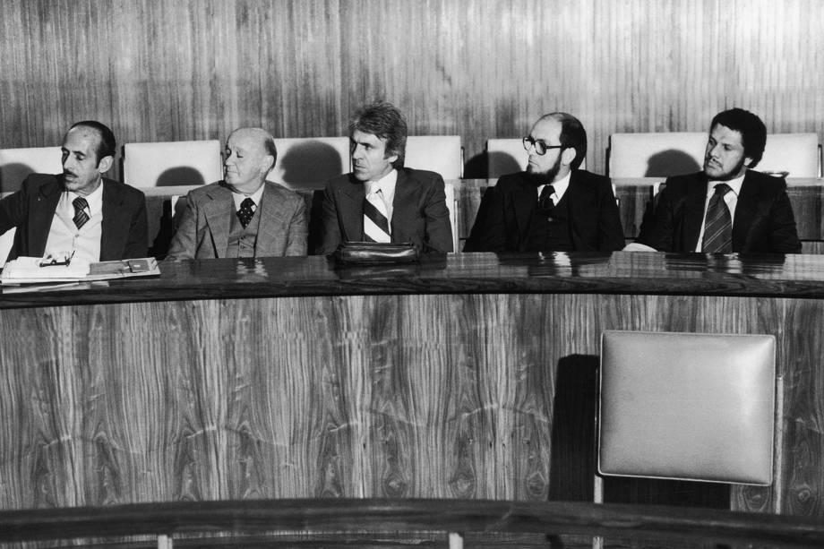Oswaldo Pires e Manoel Bezerra, advogados, com Pedro Seelig, João Augusto Rosa e Orandir Lucas, policiais de participaram do sequestro dos exilados uruguaios Lilián Celiberti e Universindo Dias - 01/06/1980