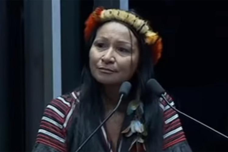 Silvia Waiãpi dicursa no plenário do Senado Federal, em Brasília (DF), durante sessão solene em homenagem ao Dia do Índio