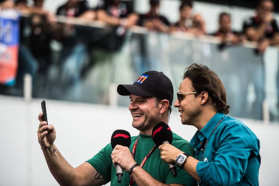Os ex-pilotos de Fórmula 1 Rubens Barrichello e Felipe Massa fazem selfie antes da largada do GP Brasil - 11/11/2018
