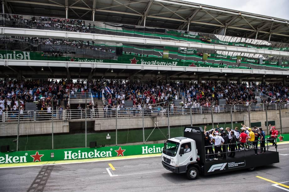 Pilotos desfilam na pista de Interlagos antes da largada do Grande Prêmio do Brasil