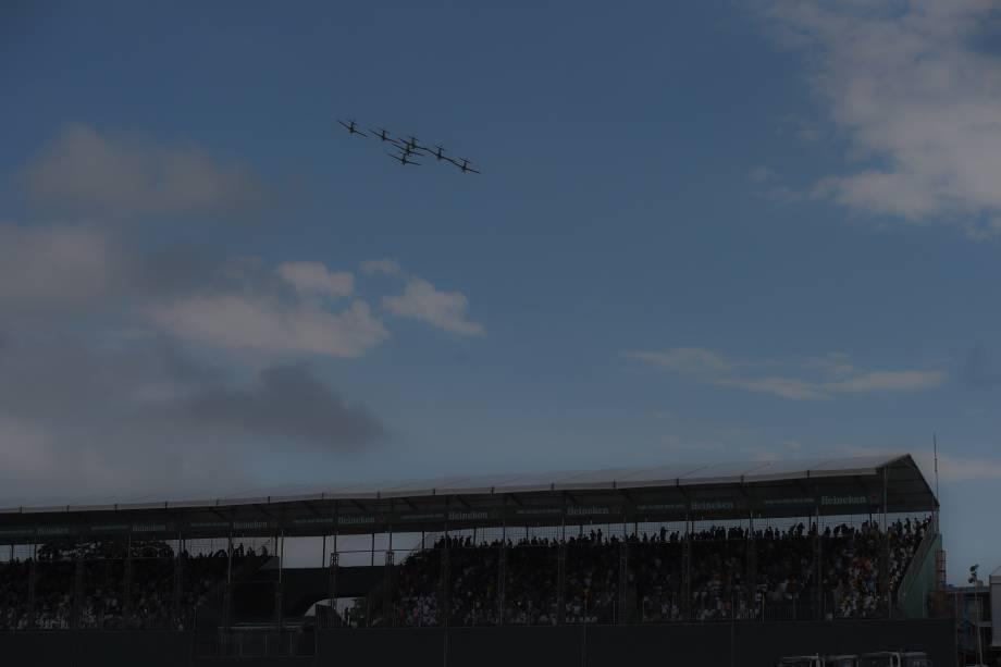 Esquadrilha da Fumaça sobrevoa a pista de Interlagos antes da largada do Grande Prêmio do Brasil