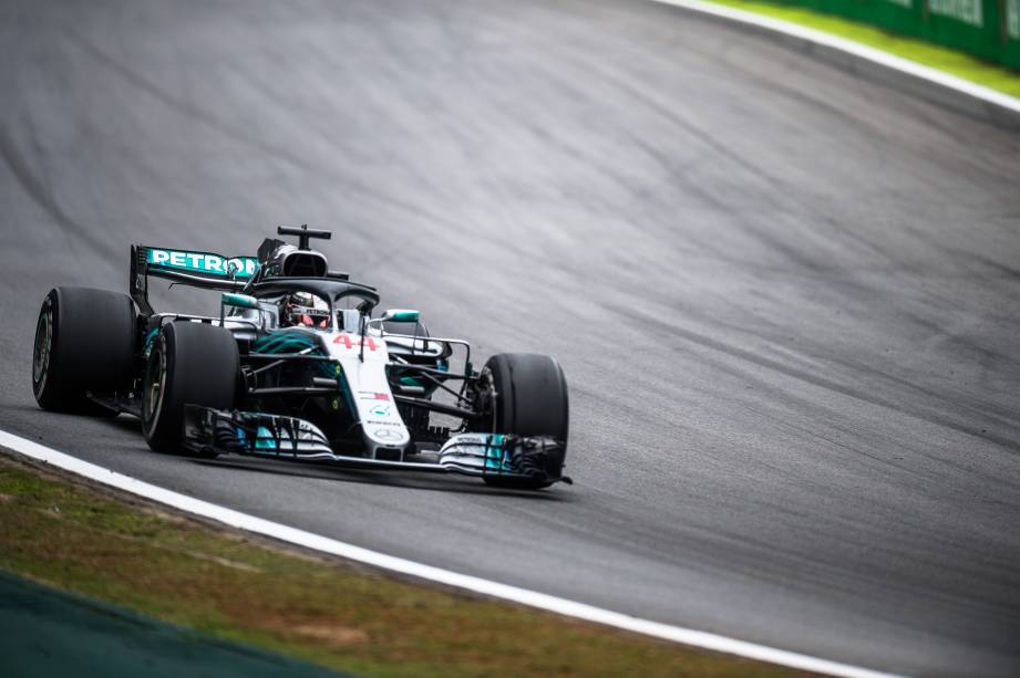 Lewis Hamilton da Mercedes lidera o Grande Prêmio do Brasil seguido de Max Verstappen da Red Bull