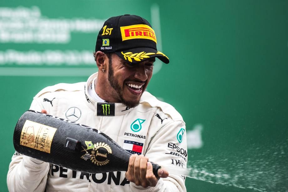 Lewis Hamilton da Mercedes comemora após vencer o Grande Prêmio do Brasil