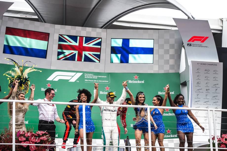 Lewis Hamilton da Mercedes comemora com integrantes da escola de samba Acadêmicos do Tatuapé após vencer o Grande Prêmio do Brasil