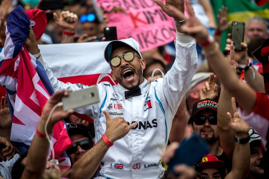 Público invade a pista após encerramento do Grande Prêmio do Brasil